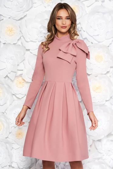 Rochie rosa eleganta in clos din material usor elastic accesorizata cu o fundita