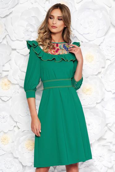 Rochie LaDonna verde eleganta brodata cu croi larg din stofa subtire usor elastica captusita pe interior accesorizata cu cordon