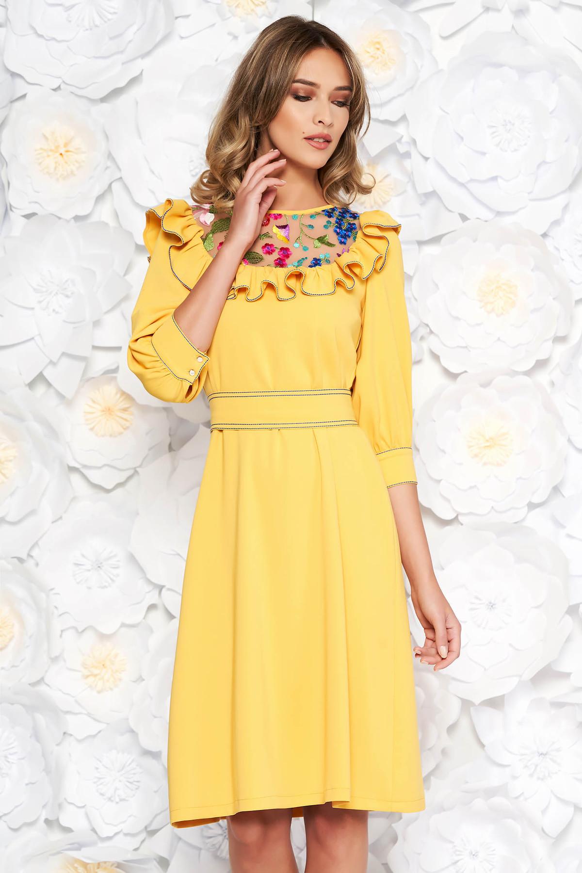 Rochie LaDonna galbena eleganta brodata cu croi larg din stofa subtire usor elastica captusita pe interior accesorizata cu cordon