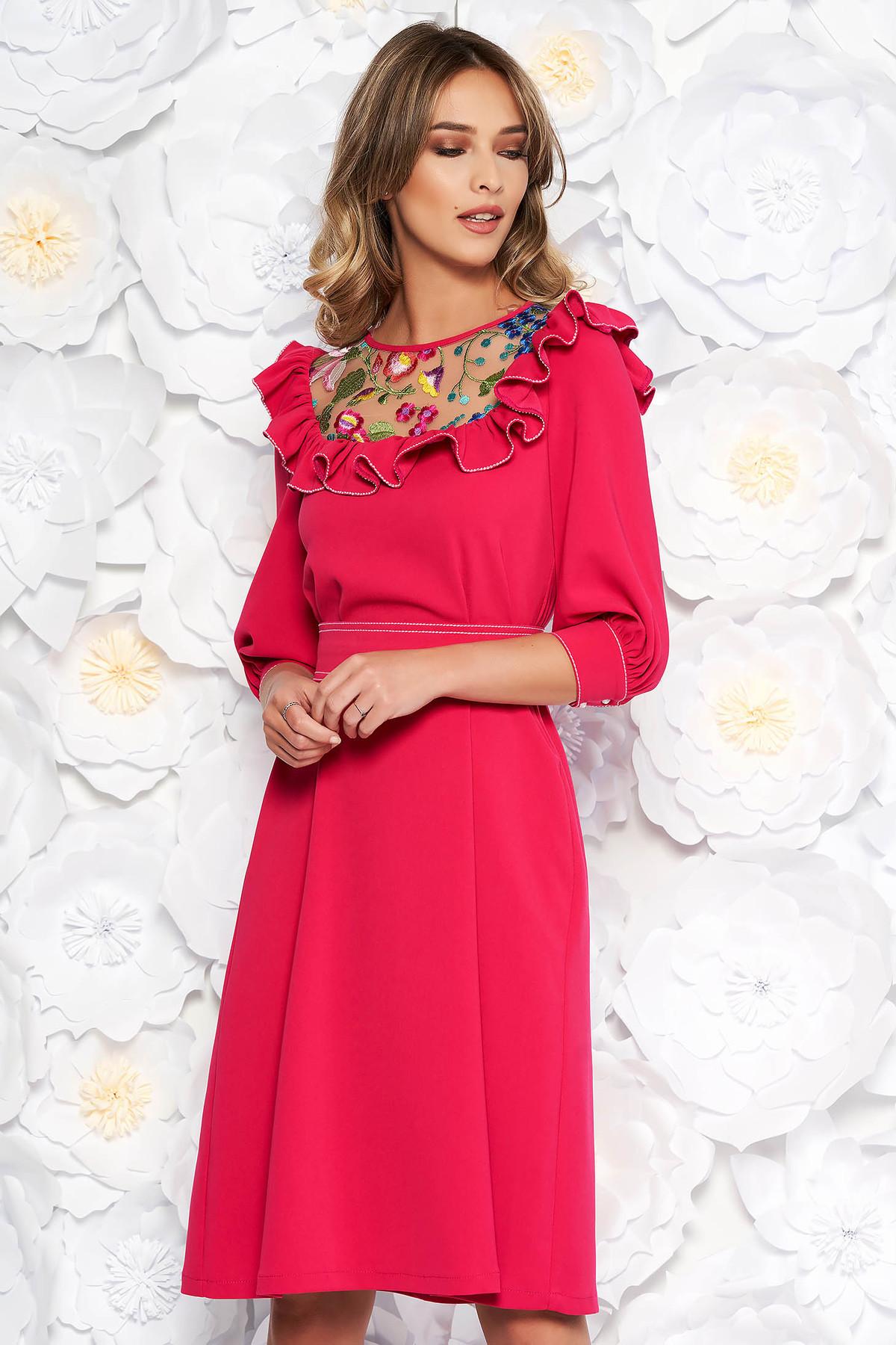 Rochie LaDonna fuchsia eleganta brodata cu croi larg din stofa subtire usor elastica captusita pe interior accesorizata cu cordon