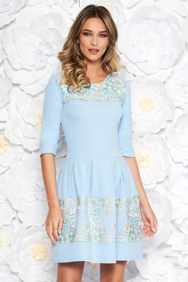 Rochie albastra-deschis eleganta in clos din material usor elastic captusita pe interior cu aplicatii de dantela