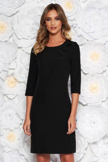 Rochie neagra eleganta din stofa usor elastica captusita pe interior cu insertii de broderie