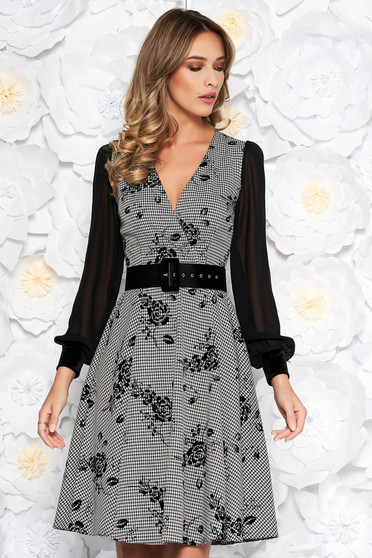 Rochie neagra eleganta midi in clos din material usor elastic captusita pe interior cu accesoriu tip curea