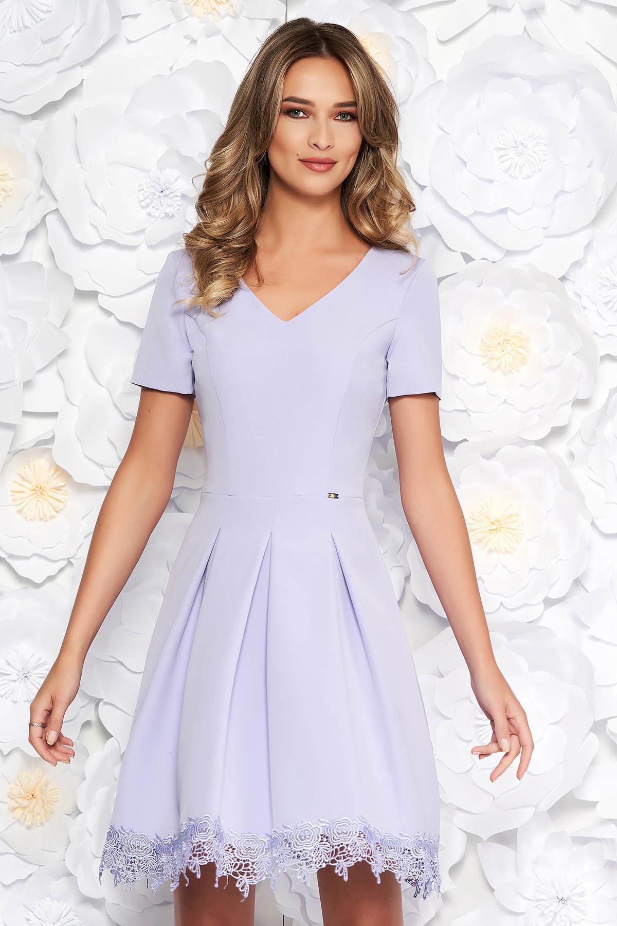 Rochie lila eleganta in clos din stofa neelastica captusita pe interior cu aplicatii de dantela