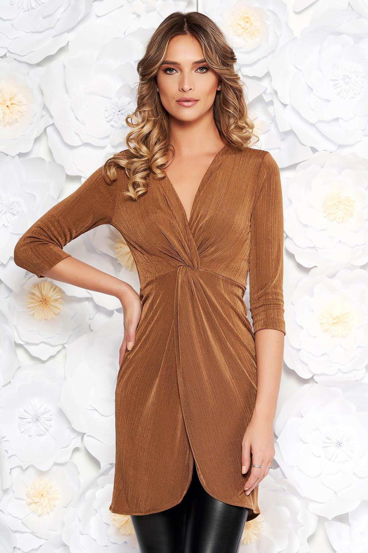 Bluza dama StarShinerS maro casual lunga cu un croi mulat din material subtire cu aspect metalic cu decolteu in v