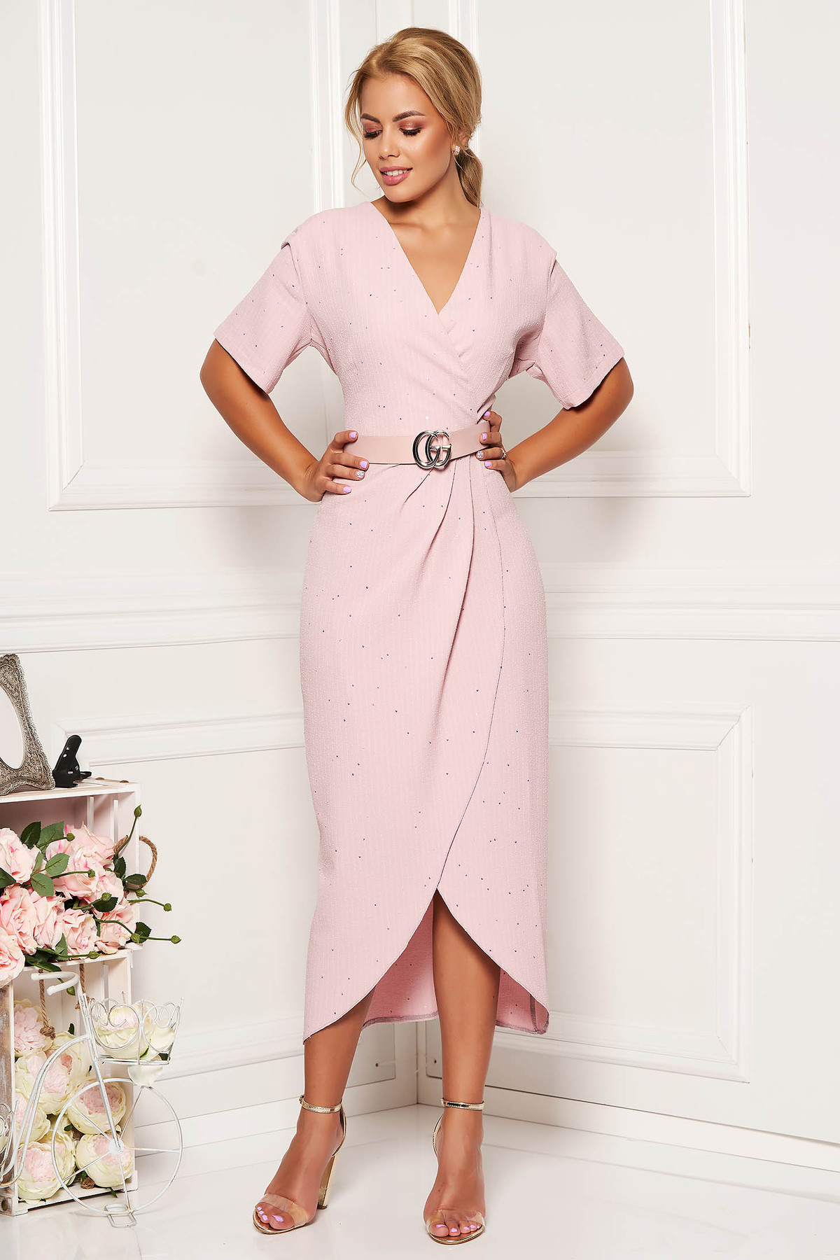 Rochie rosa eleganta cu un croi mulat din material usor elastic cu aplicatii cu paiete cu accesoriu tip curea