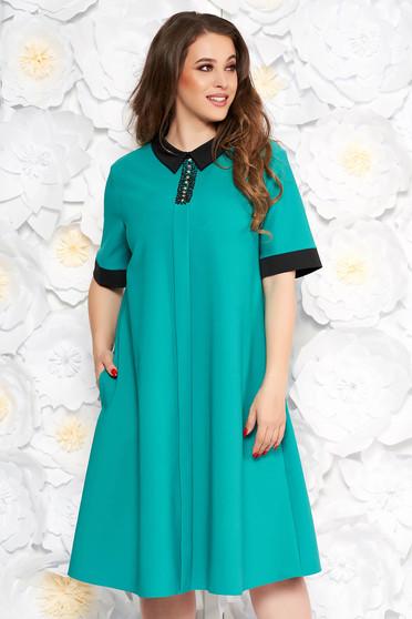 Rochie verde eleganta cu croi larg cu buzunare din stofa subtire usor elastica cu aplicatii cu pietre strass
