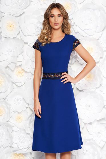 Rochie albastra eleganta midi in clos din stofa usor elastica cu insertii de broderie