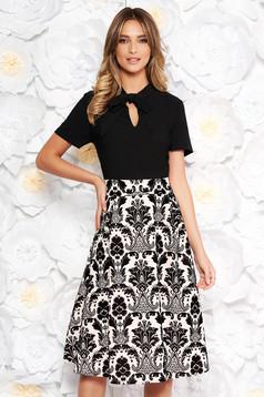 Rochie neagra eleganta midi in clos din material catifelat cu guler tip esarfa