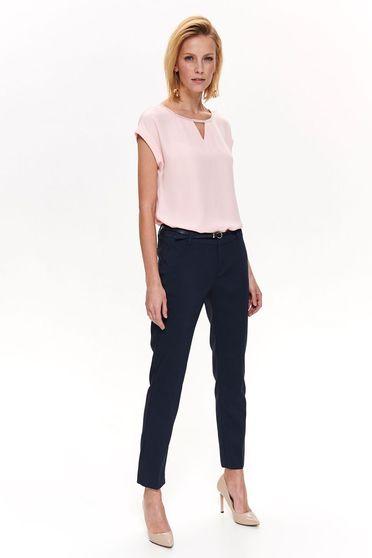 Pantaloni Top Secret albastri-inchis office conici cu talie medie din material fin la atingere cu accesoriu tip curea