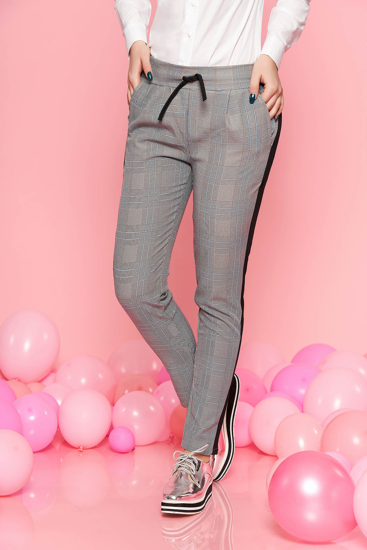 Pantaloni SunShine negri casual din material usor elastic in carouri cu buzunare si snur in talie