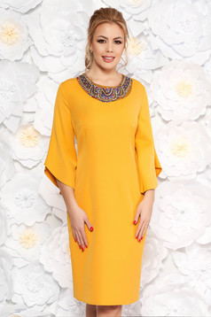 Rochie mustarie eleganta tip creion din stofa subtire usor elastica cu maneci trei-sferturi cu aplicatii cu margele