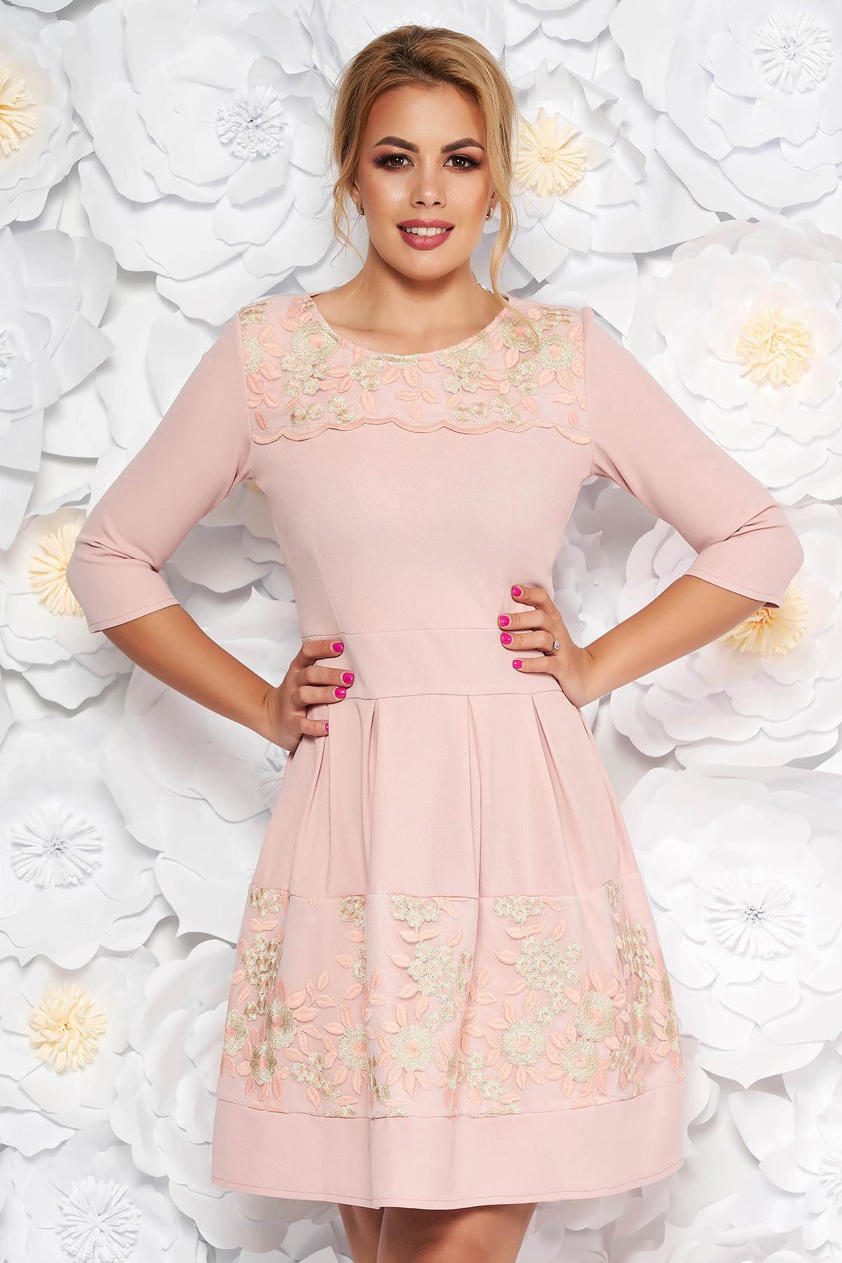 Rochie rosa eleganta in clos din material usor elastic captusita pe interior cu aplicatii de dantela