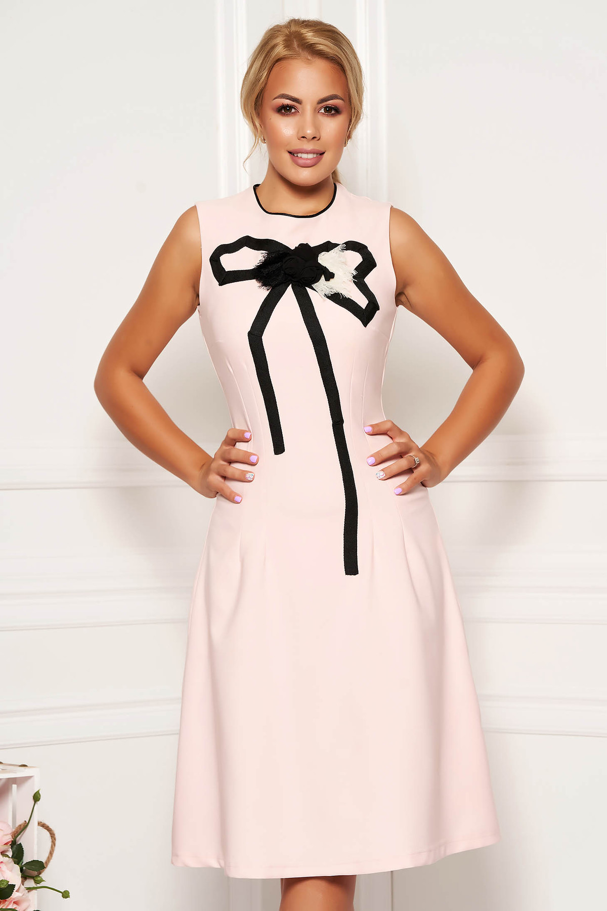 Rochie Artista roz deschis eleganta in clos din material usor elastic cu aplicatii cusute manual