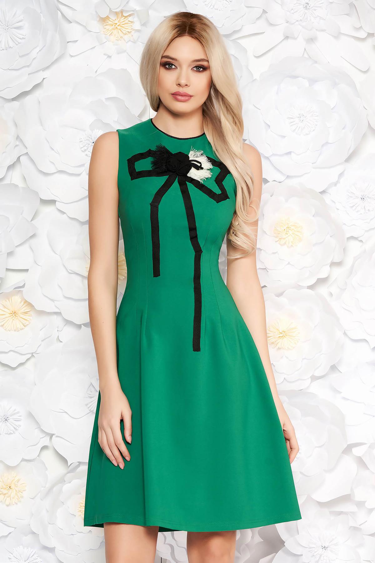 Rochie Artista verde eleganta in clos din material usor elastic cu aplicatii cusute manual