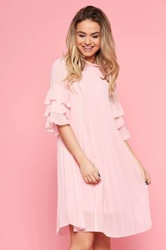 Rochie SunShine roz deschis casual cu croi larg din voal plisat captusita pe interior cu volanase la maneca