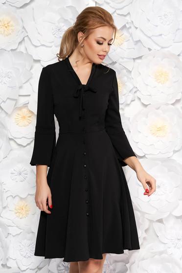 Rochie neagra eleganta de zi accesorizata cu nasturi croi in clos cu guler tip esarfa