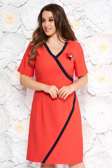 Rochie corai eleganta tip creion cu decolteu in v din stofa accesorizata cu brosa