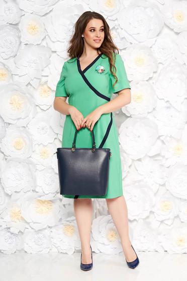 Rochie verde-deschis eleganta tip creion cu decolteu in v din stofa accesorizata cu brosa