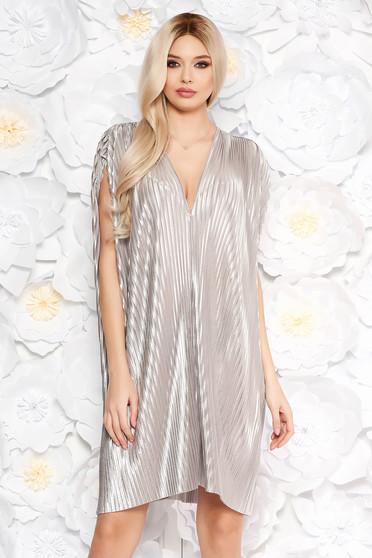 Rochie argintie de ocazie cu croi larg plisata din material neelastic cu aspect metalic