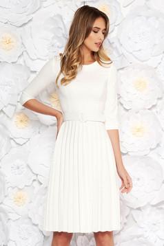 Rochie Fofy alba eleganta in clos din stofa usor elastica plisata accesorizata cu cordon