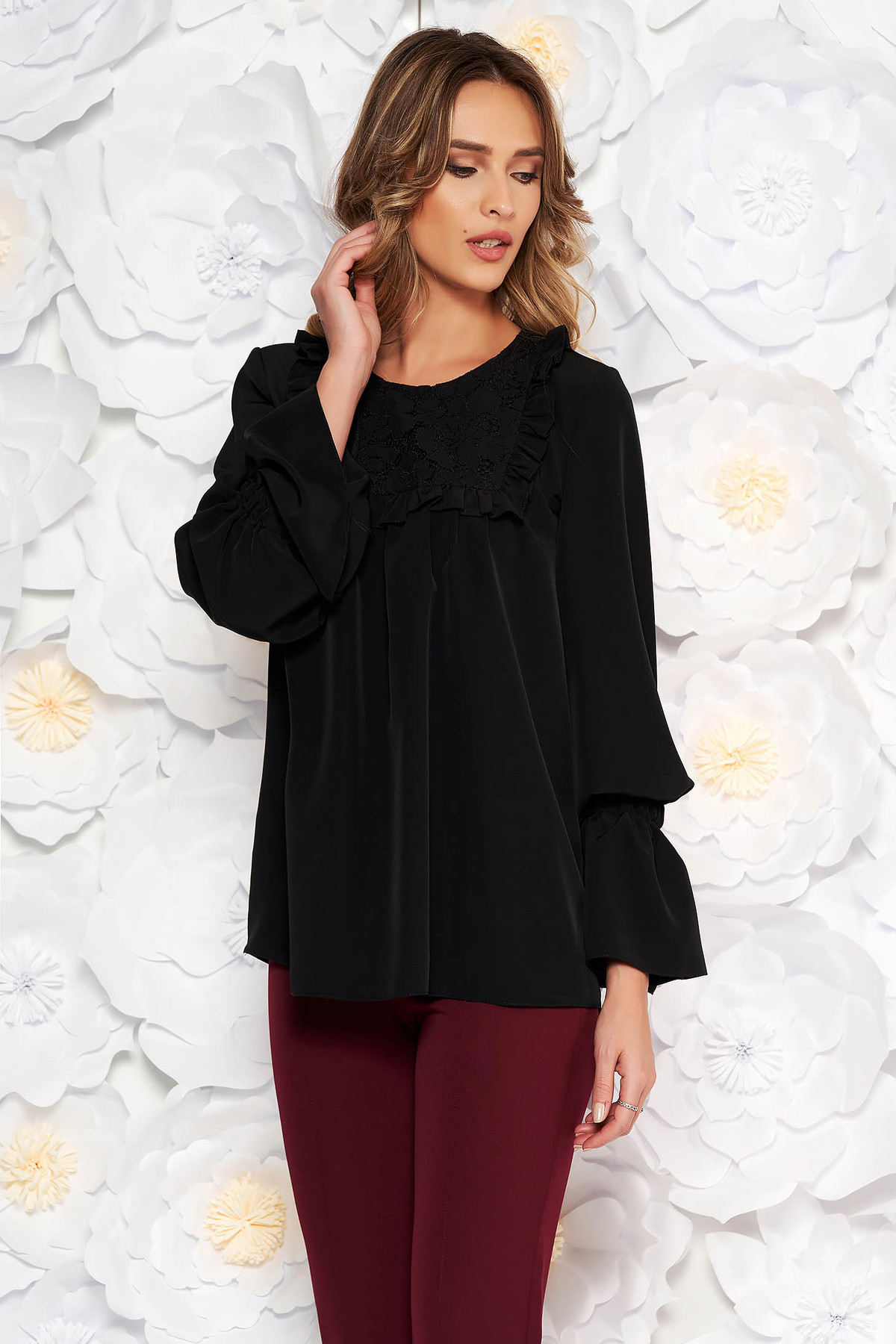 Bluza dama LaDonna neagra cu maneci clopot cu croi larg eleganta cu croi larg cu maneci clopot guler cu volanase din dantela