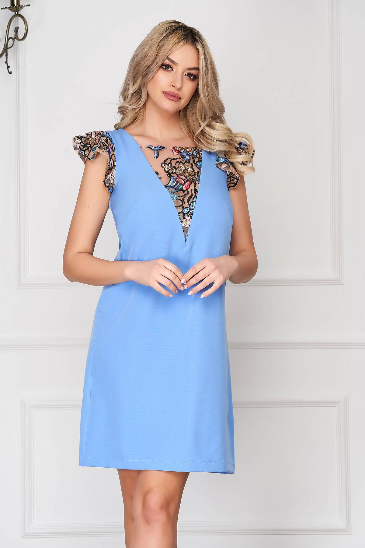 Rochie StarShinerS albastra scurta eleganta din stofa cu un croi drept cu maneci tip fluture cu aplicatii cu paiete si broderie
