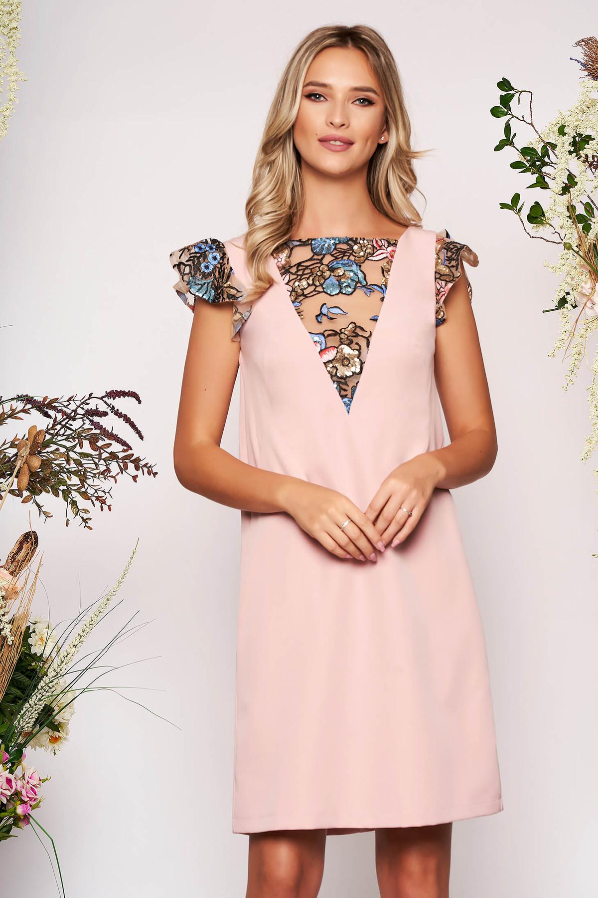Rochie StarShinerS roz deschis scurta eleganta din stofa cu un croi drept cu maneci tip fluture cu aplicatii cu paiete si broderie