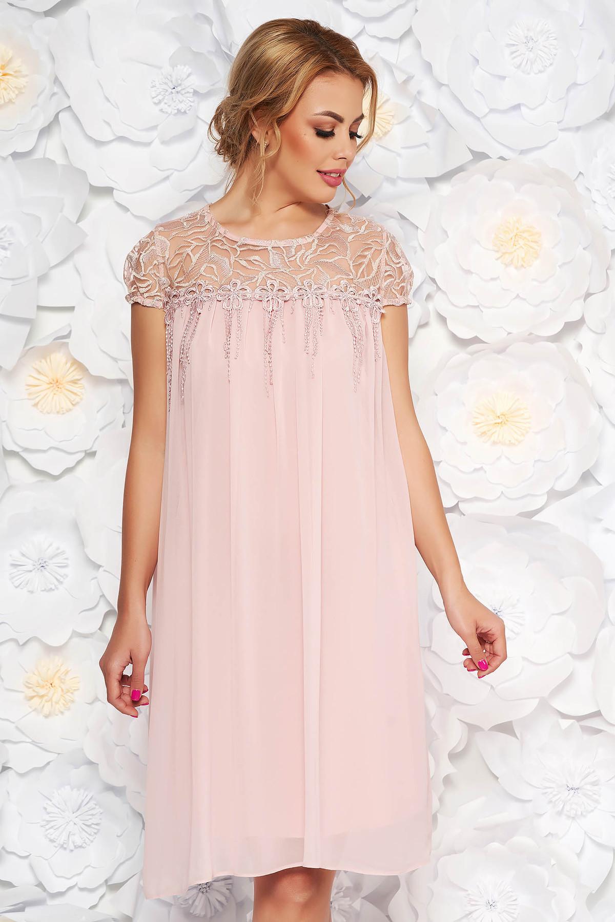 Rochie rosa de ocazie cu croi larg din voal cu maneci din dantela cu aplicatii florale