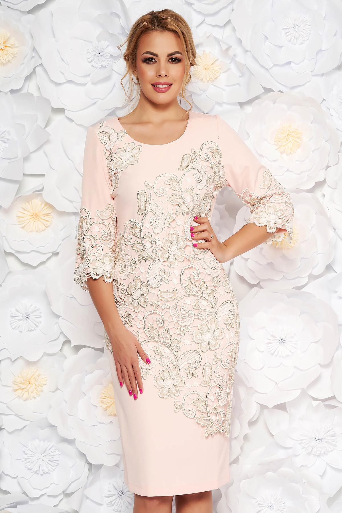 Rochie rosa de ocazie midi cu un croi mulat din stofa usor elastica cu suprapunere cu dantela