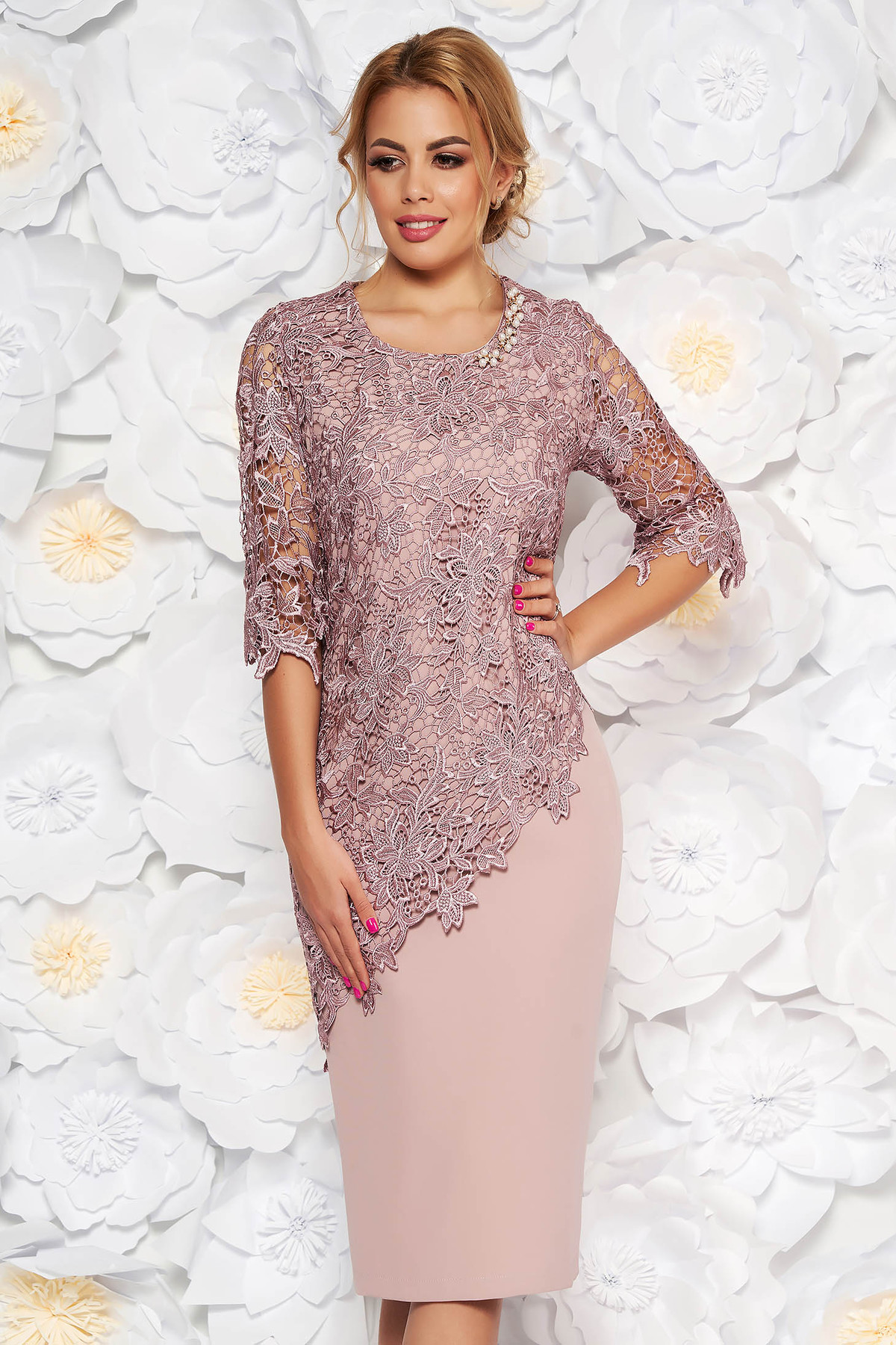 Rochie rosa de ocazie midi cu maneca 3/4 cu un croi mulat din stofa usor elastica suprapunere cu dantela
