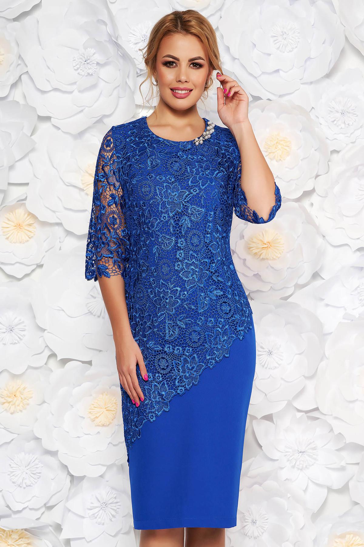 Rochie albastra de ocazie midi cu maneca 3/4 cu un croi mulat din stofa usor elastica suprapunere cu dantela
