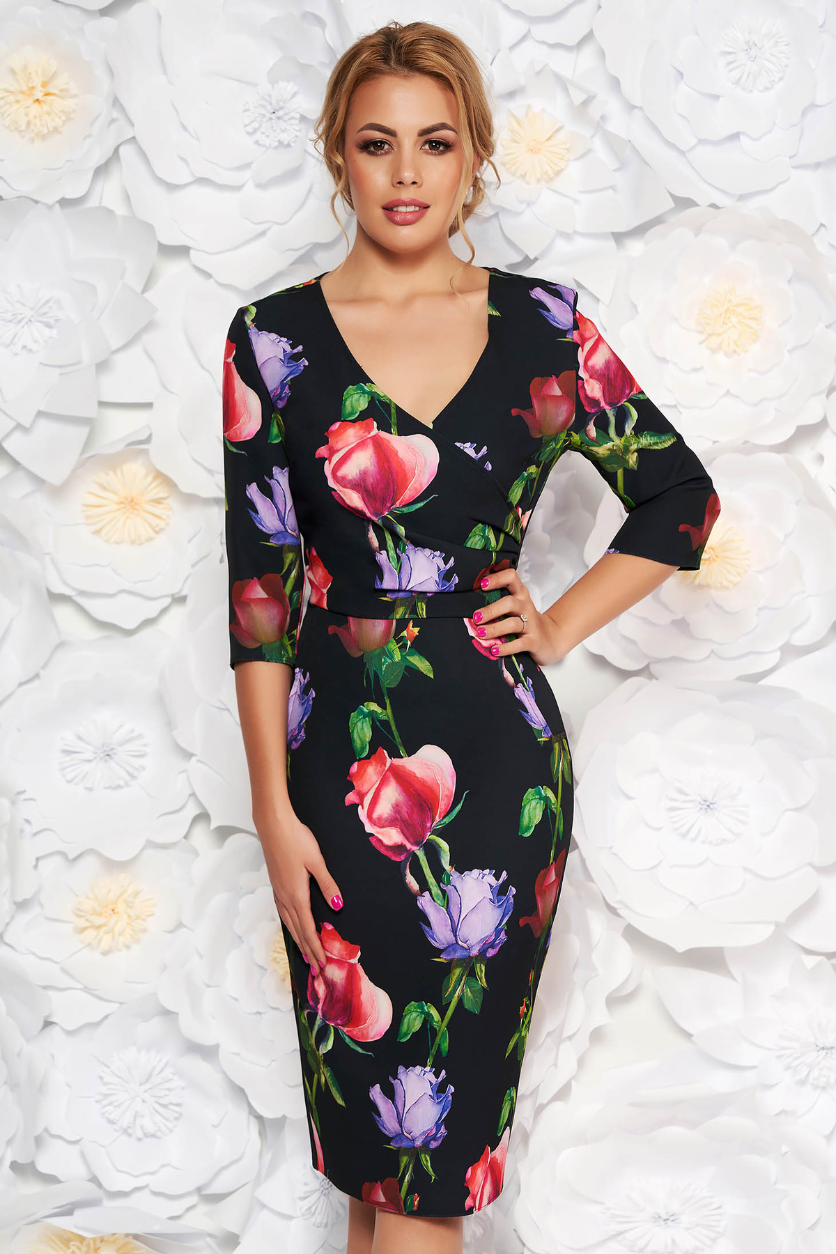 Rochie neagra eleganta tip creion cu decolteu in v din material fin la atingere cu imprimeuri florale
