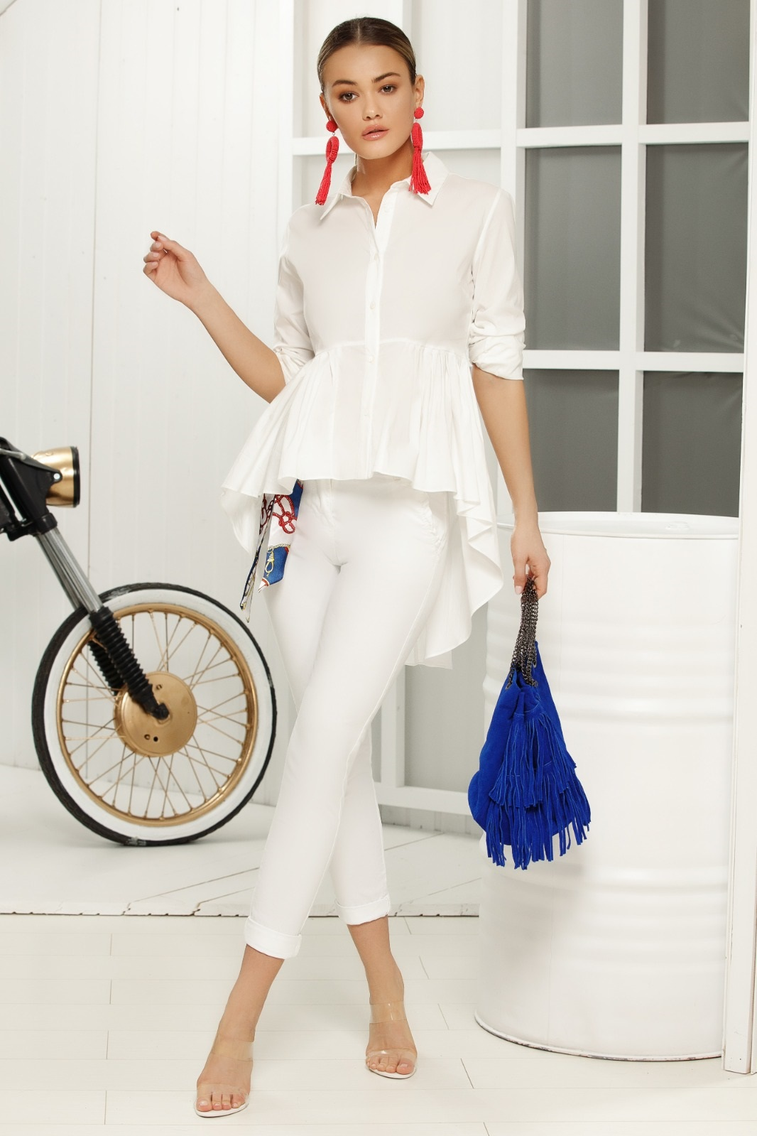 Pantaloni albi casual cu talie medie cu un croi mulat din material subtire