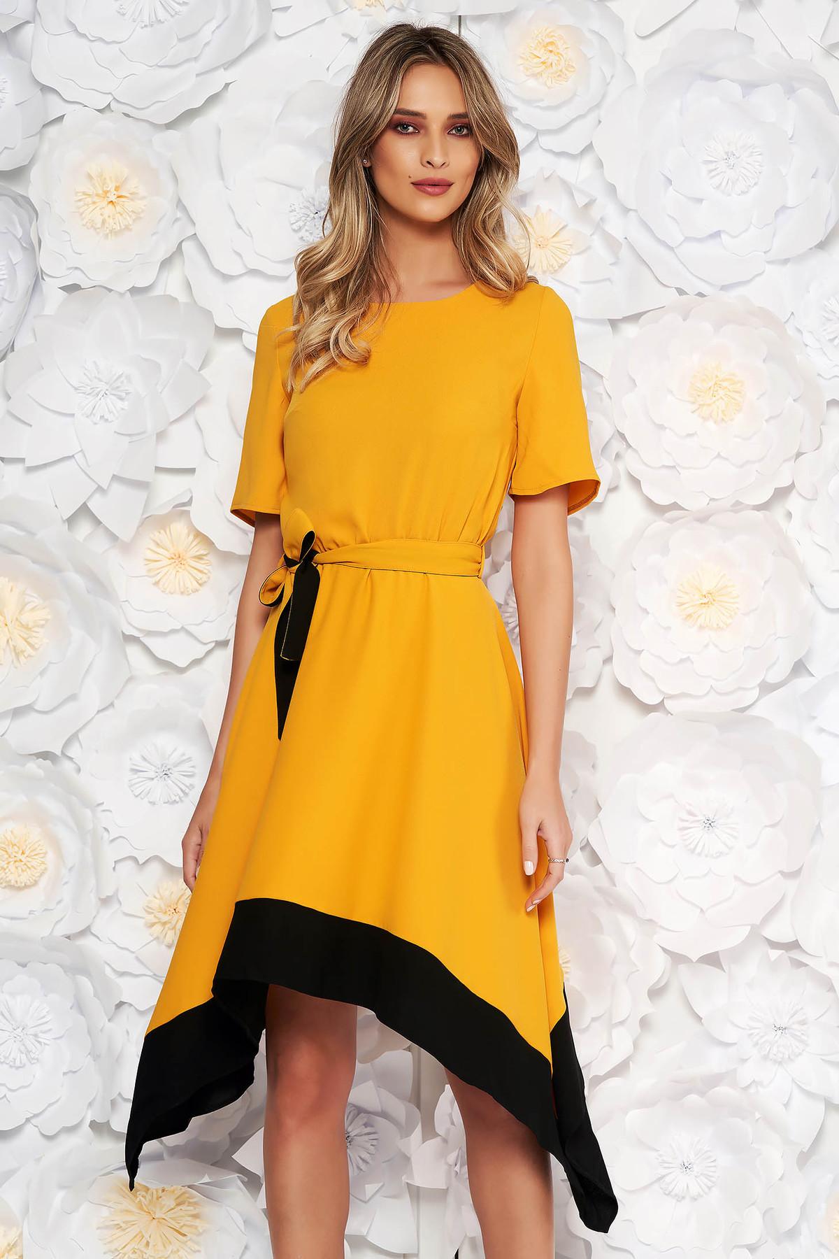Rochie mustarie asimetrica in clos cu maneca scurta cu elastic in talie accesorizata cu cordon