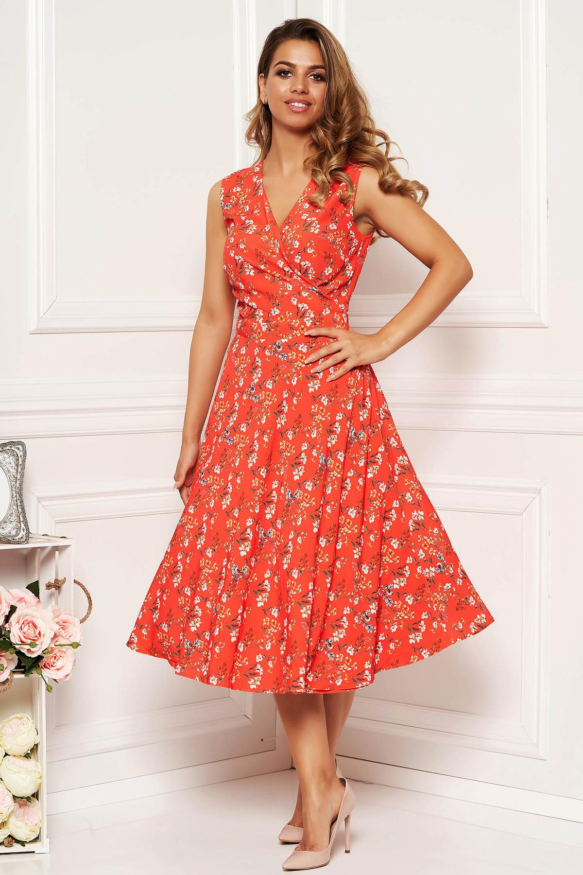 Rochie corai de zi in clos cu decolteu in v din material fin la atingere cu imprimeuri florale