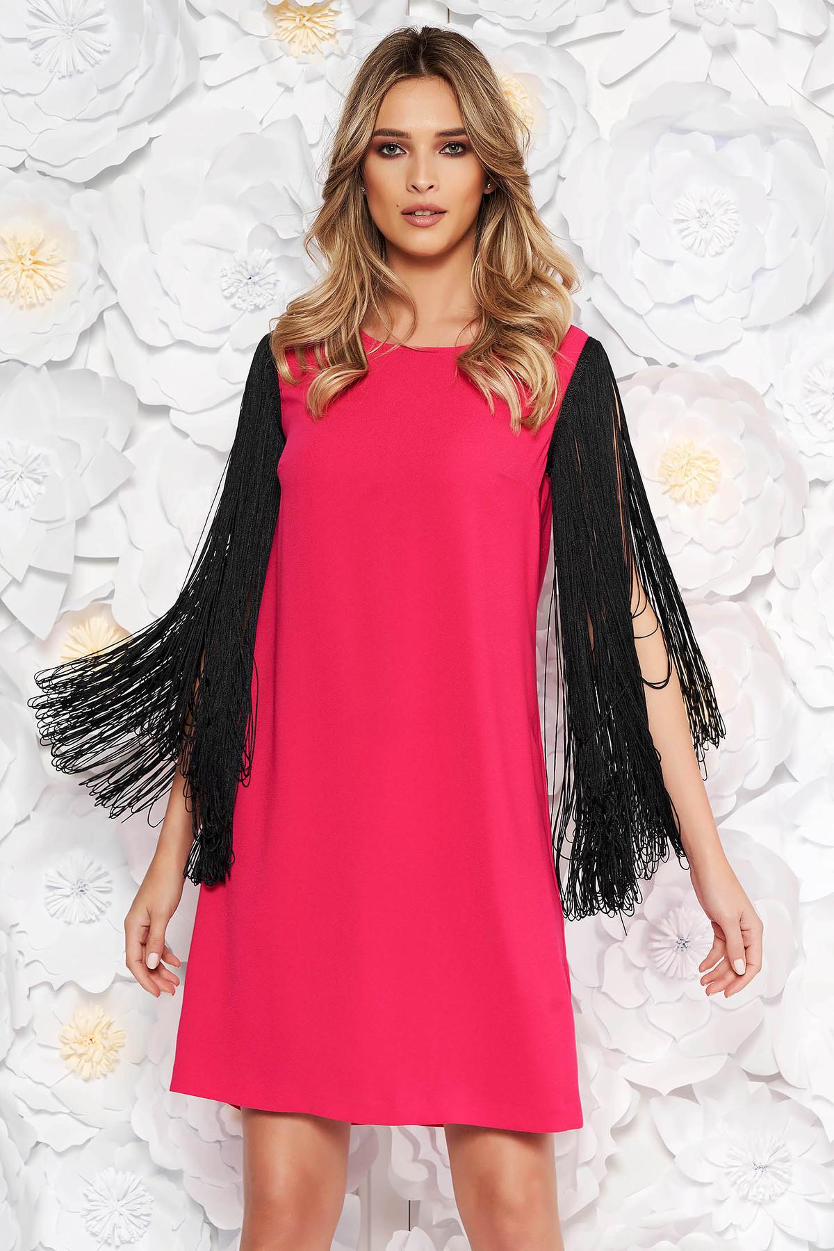 Rochie roz de ocazie din material neelastic cu croi larg si maneci din franjuri