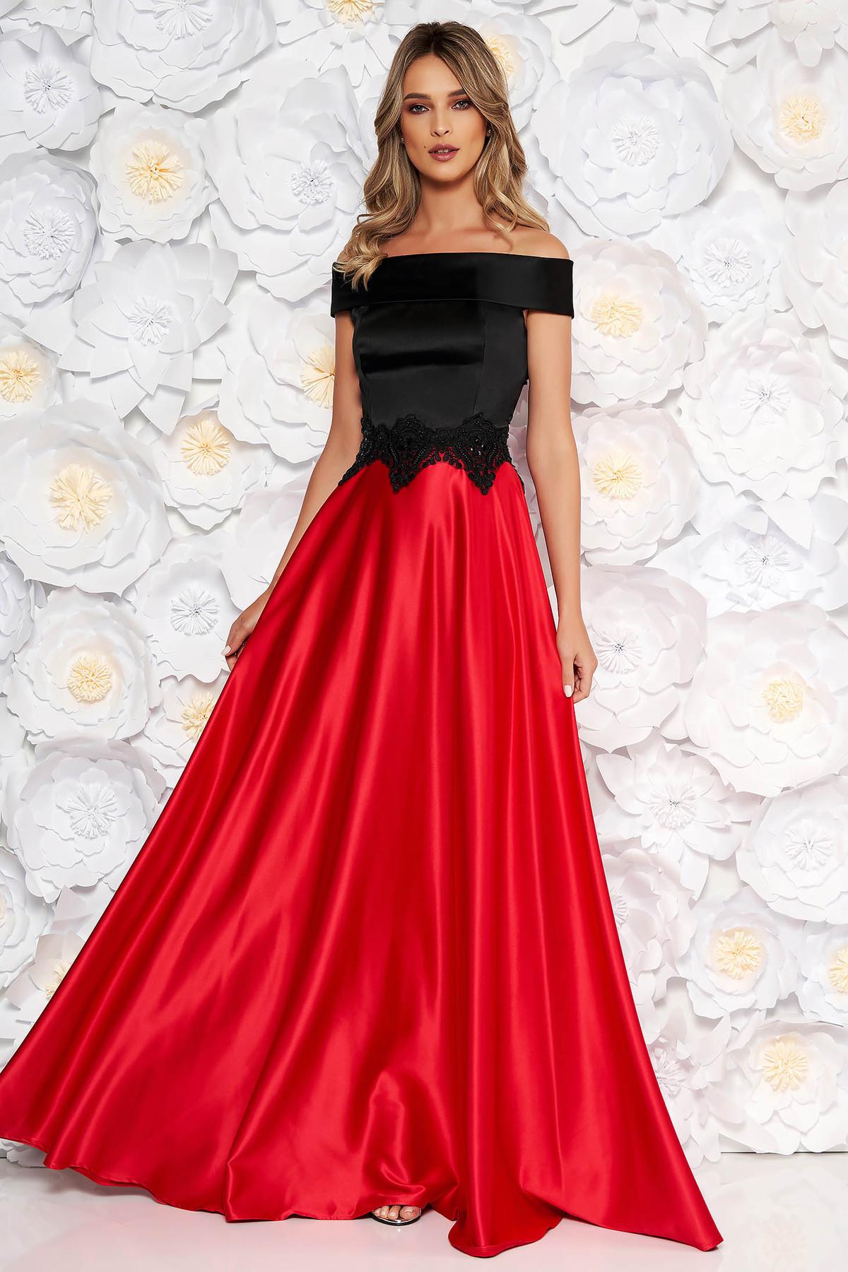Rochie rosie de ocazie in clos din material satinat cu umeri goi detalii brodate handmade
