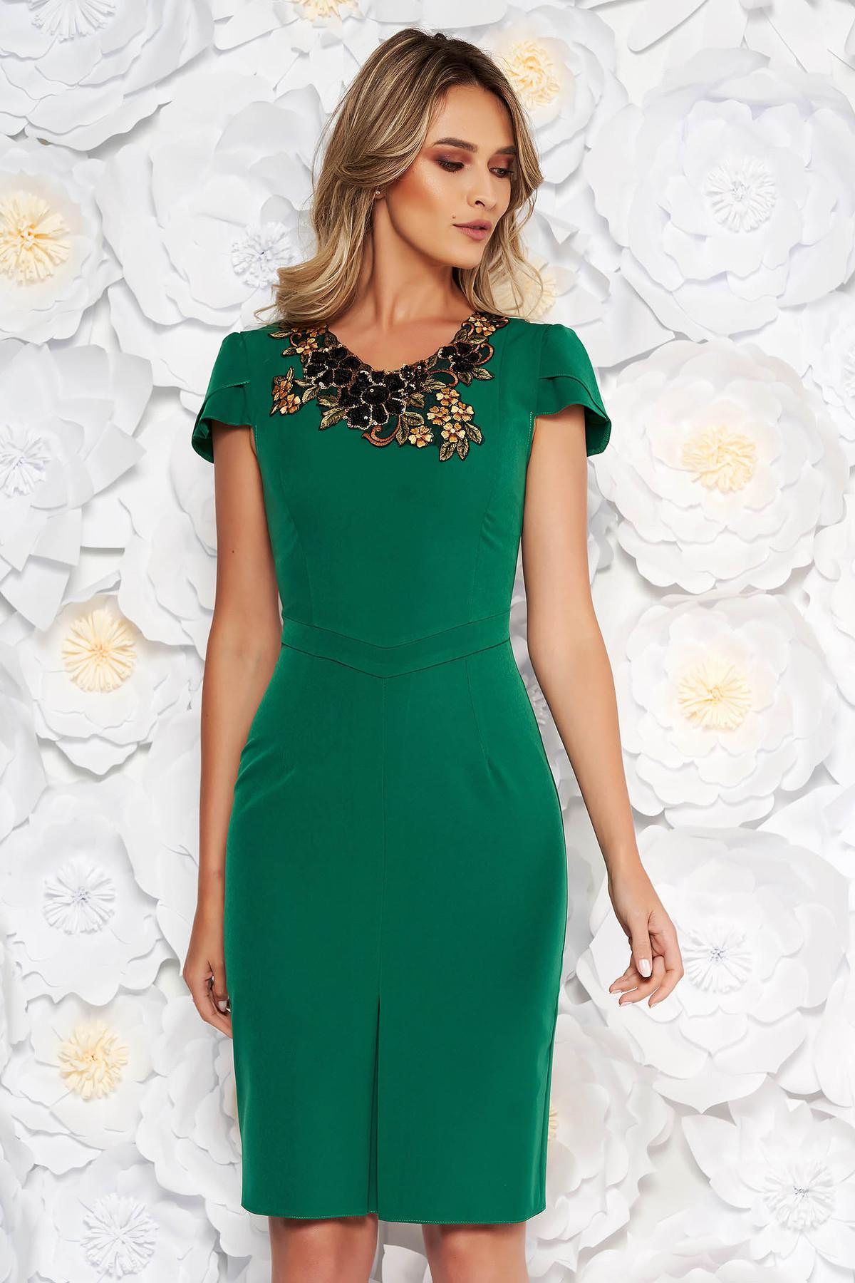 Rochie verde eleganta tip creion din stofa subtire usor elastica cu aplicatii cusute manual
