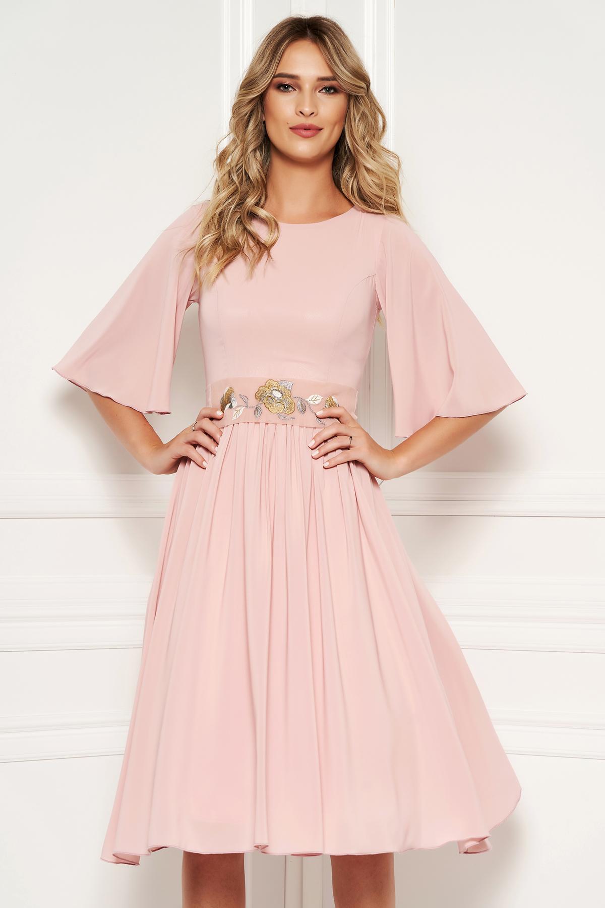 Rochie StarShinerS roz prafuit de ocazie in clos din voal captusita pe interior accesorizata cu cordon cu insertii de broderie