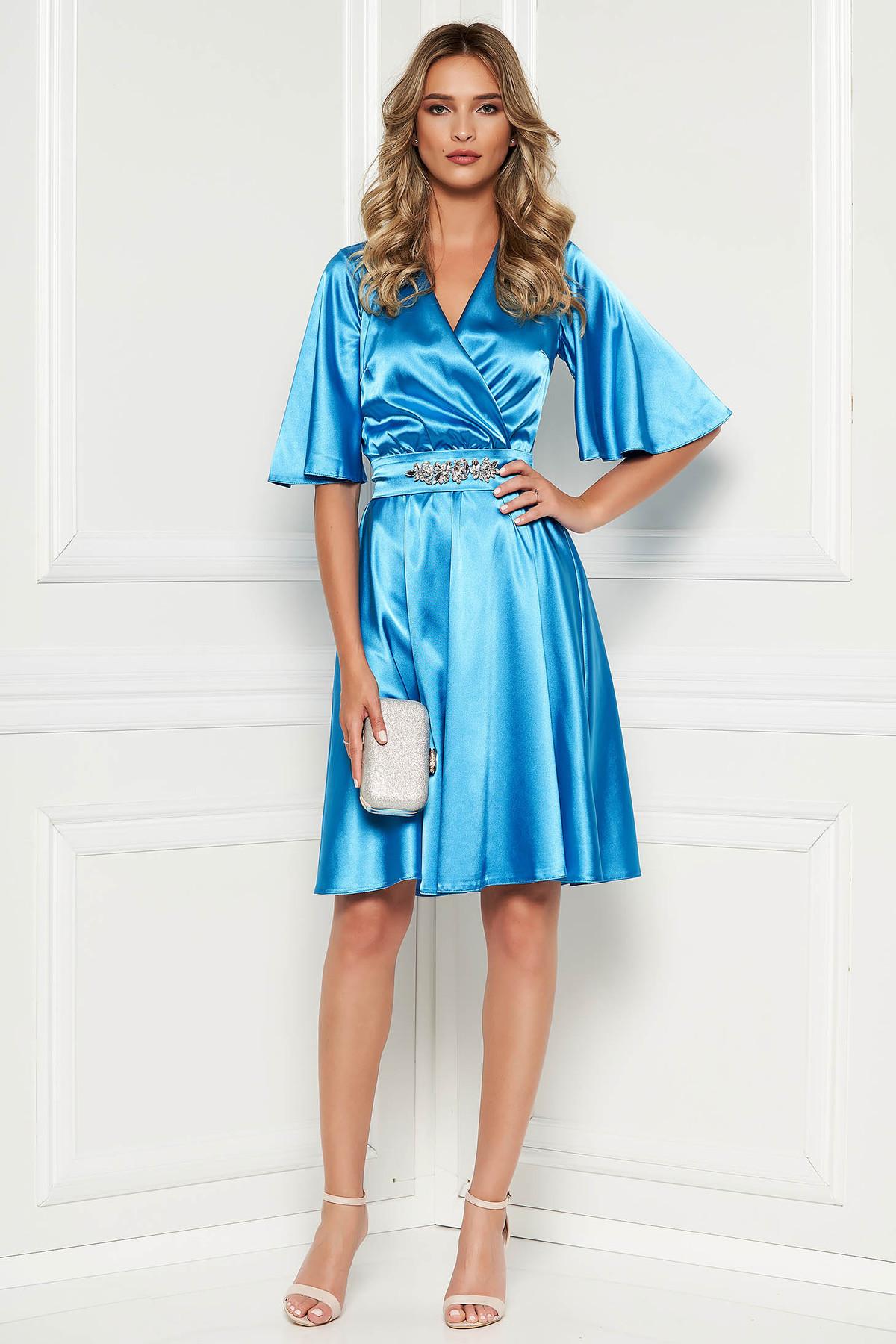 Rochie StarShinerS albastra de ocazie din material satinat captusita pe interior accesorizata cu cordon accesorizata cu pietre stras