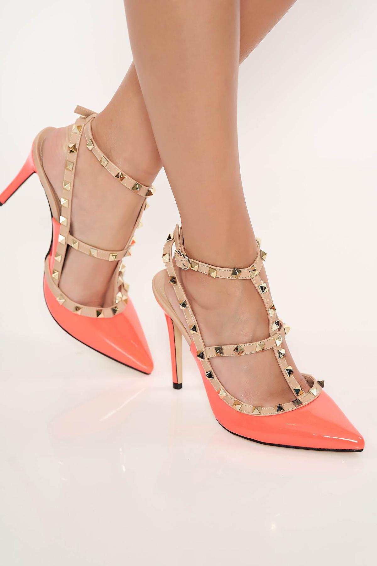Pantofi stiletto corai cu toc inalt din piele ecologica lacuita cu tinte metalice