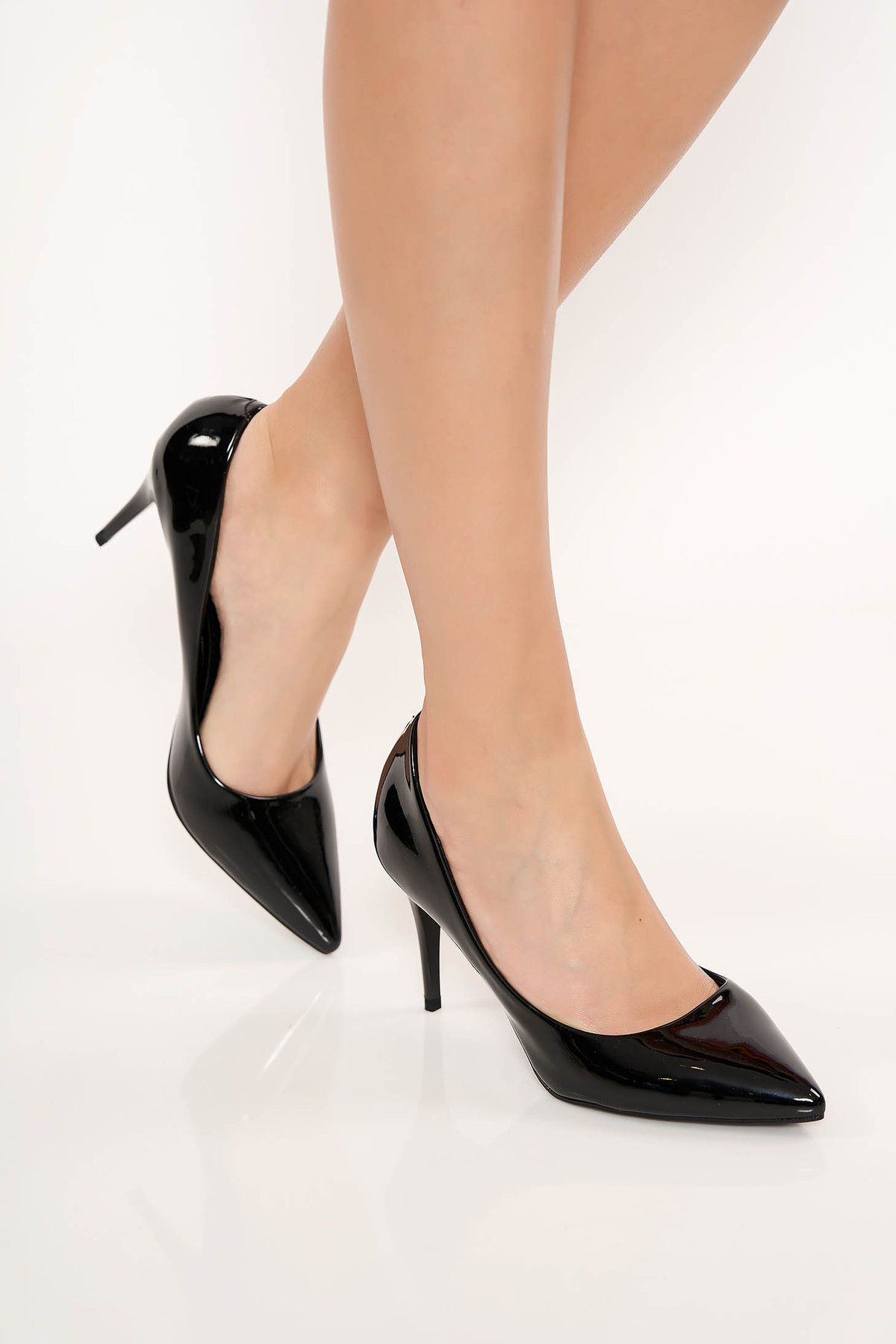 Pantofi negri eleganti din piele ecologica lacuita cu varful usor ascutit