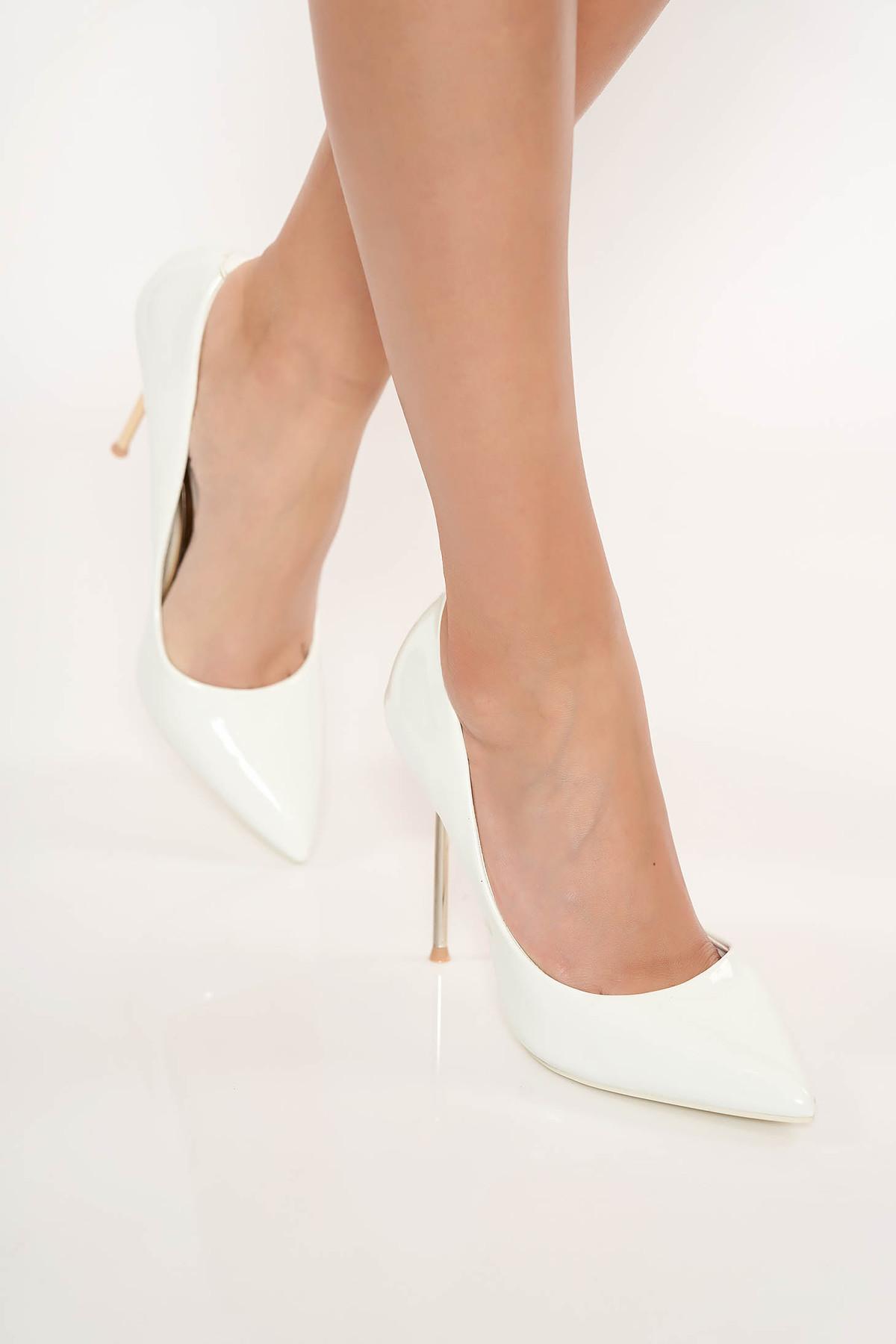 Pantofi alb elegant din piele ecologica lacuita cu varful usor ascutit cu toc inalt