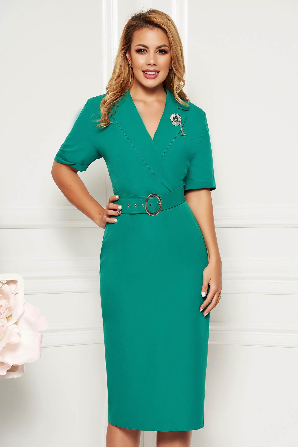 Rochie verde eleganta cu un croi cambrat cu decolteu in v din material usor elastic cu accesoriu tip curea