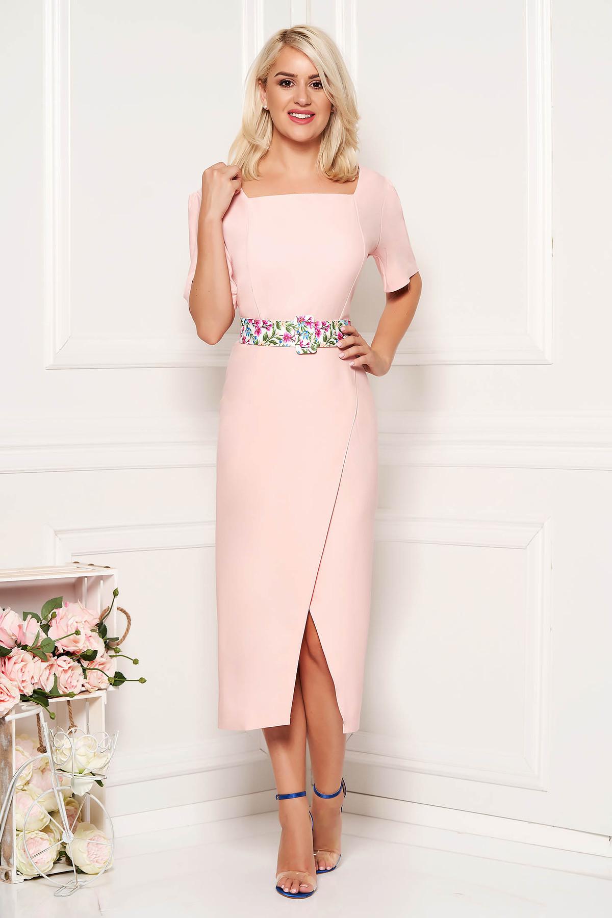 Rochie roz prafuit eleganta de zi midi cu un croi cambrat din material usor elastic cu accesoriu tip curea