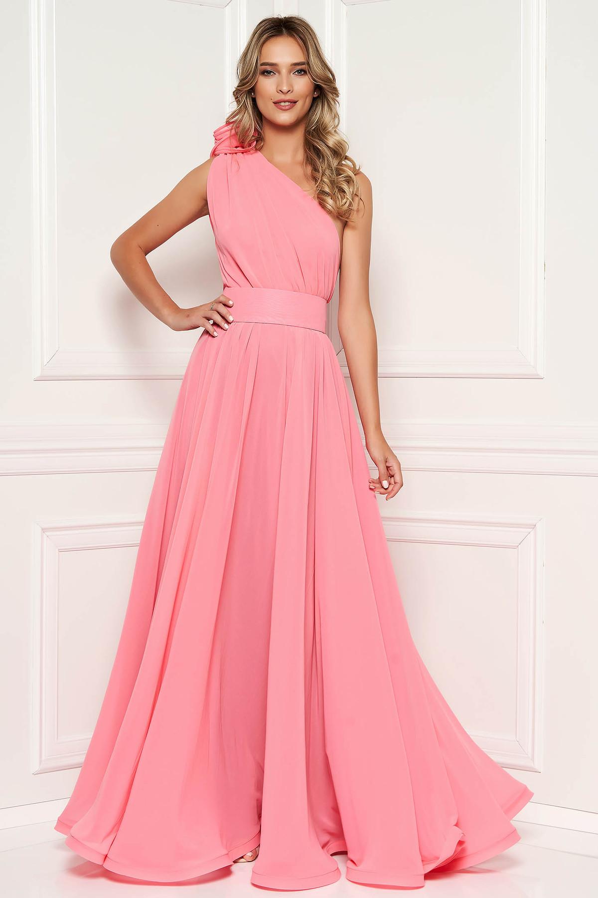 Rochie Ana Radu rosa de lux lunga in clos din voal captusita pe interior accesorizata cu cordon