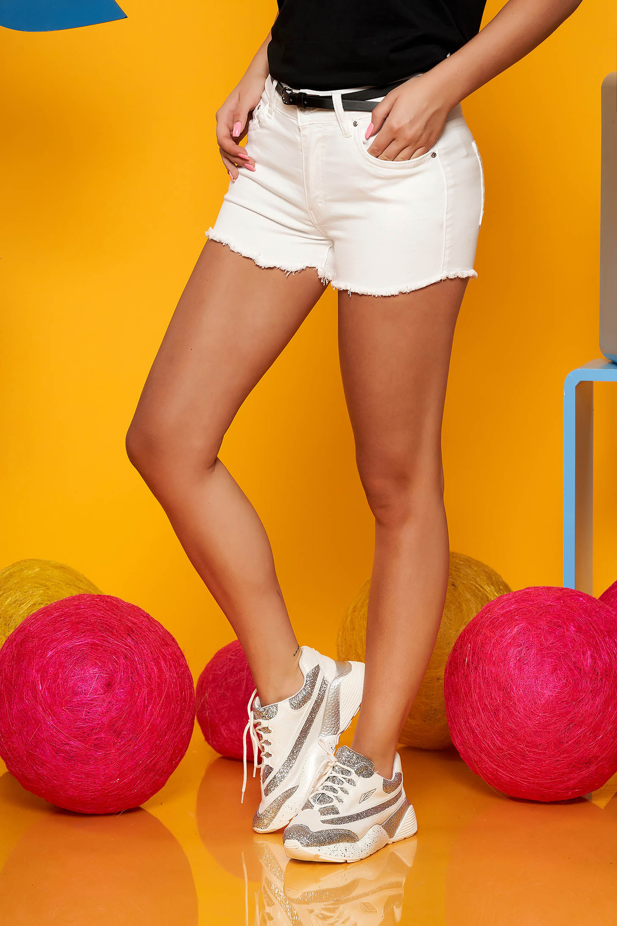 Pantalon scurt SunShine alb casual din denim cu talie medie si accesoriu tip curea