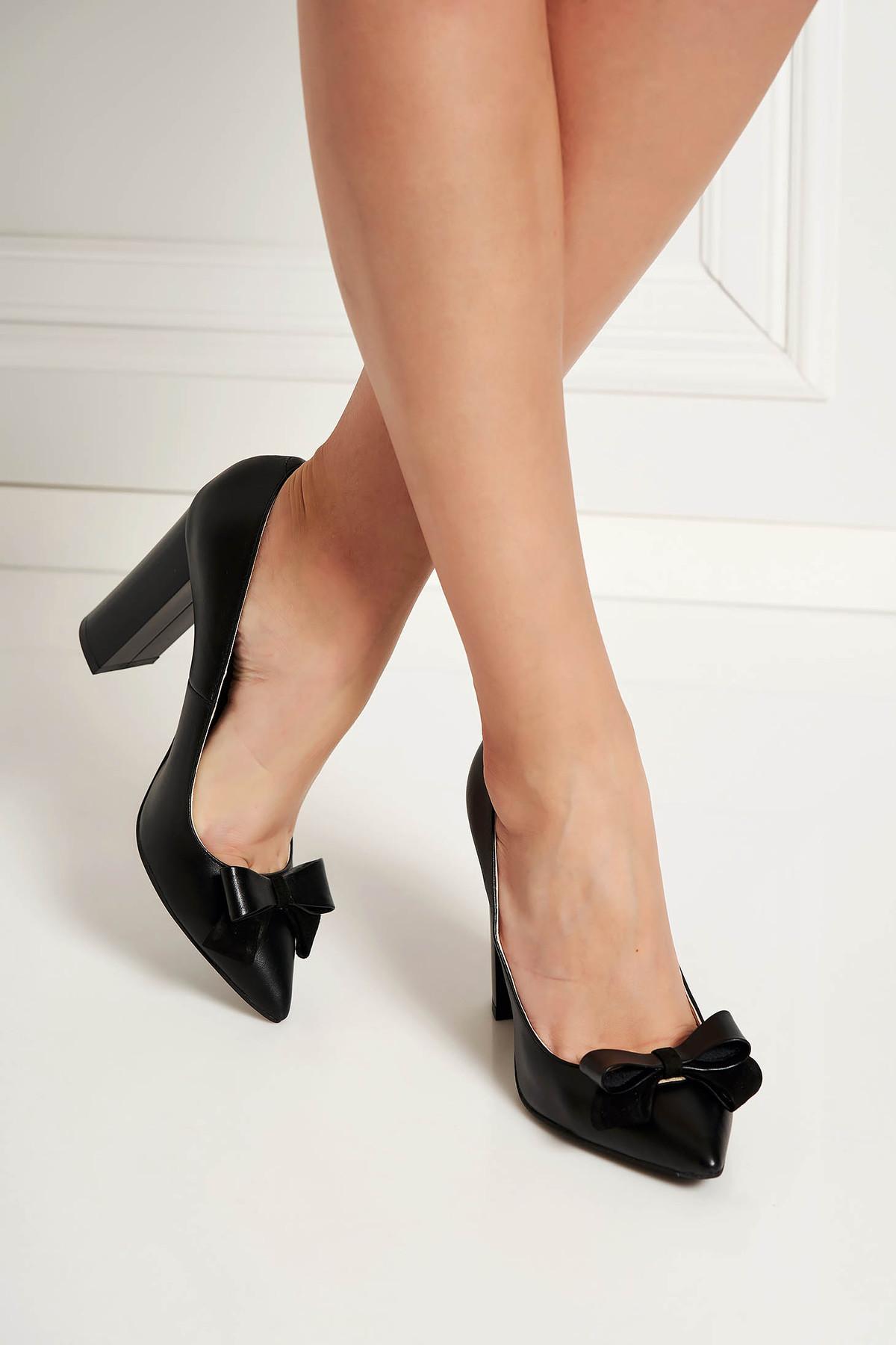 Pantofi negri office din piele naturala cu toc gros cu varful usor ascutit accesorizat cu o fundita