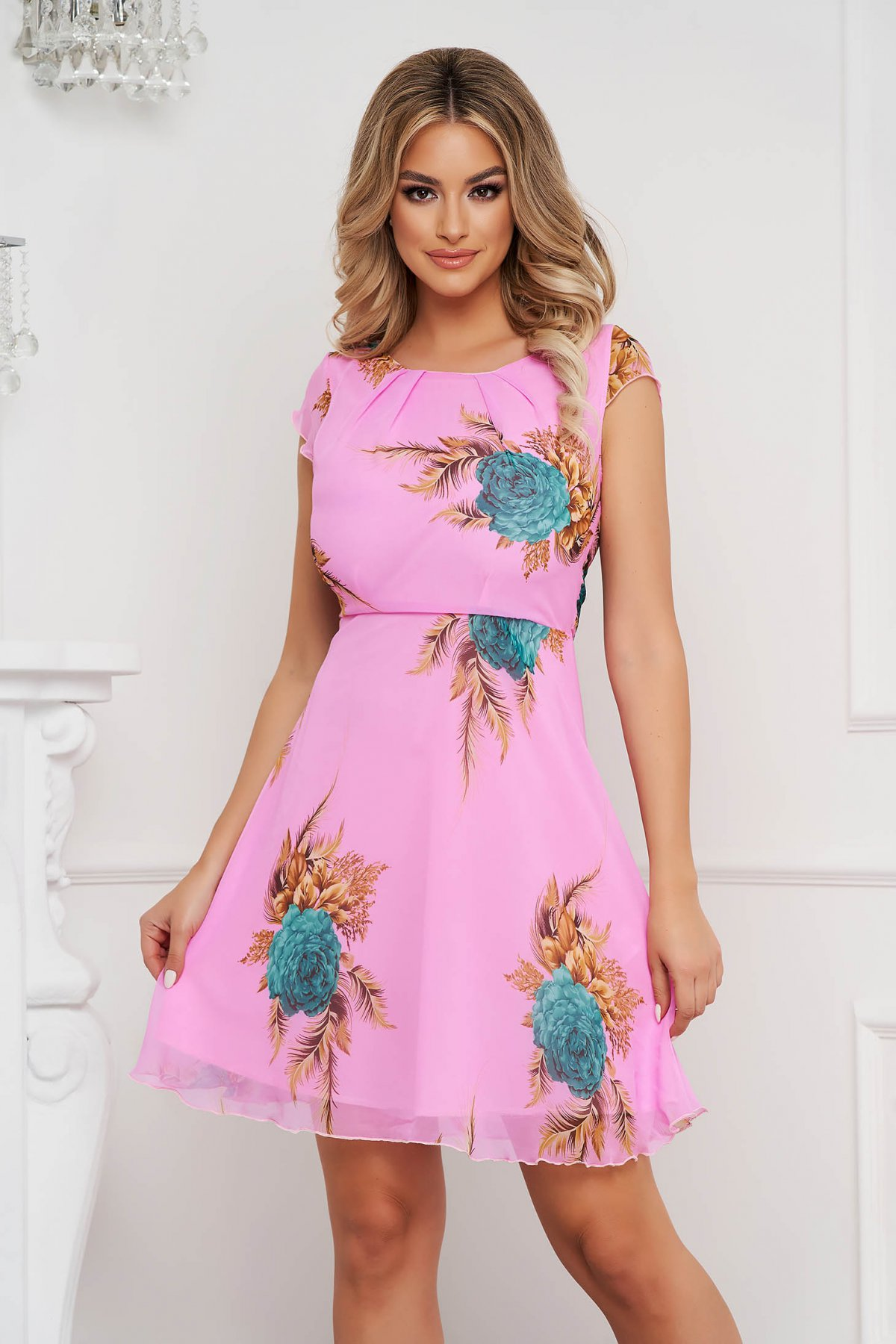 Rochie roz deschis scurta in clos din voal captusita pe interior cu maneci scurte - medelin.ro